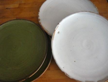 Assiettes vertes et blanches