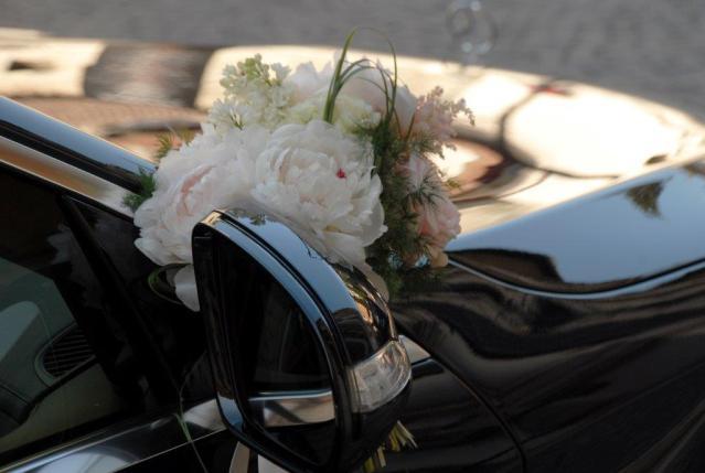 auto di lusso per cerimonia con addobbo floreale