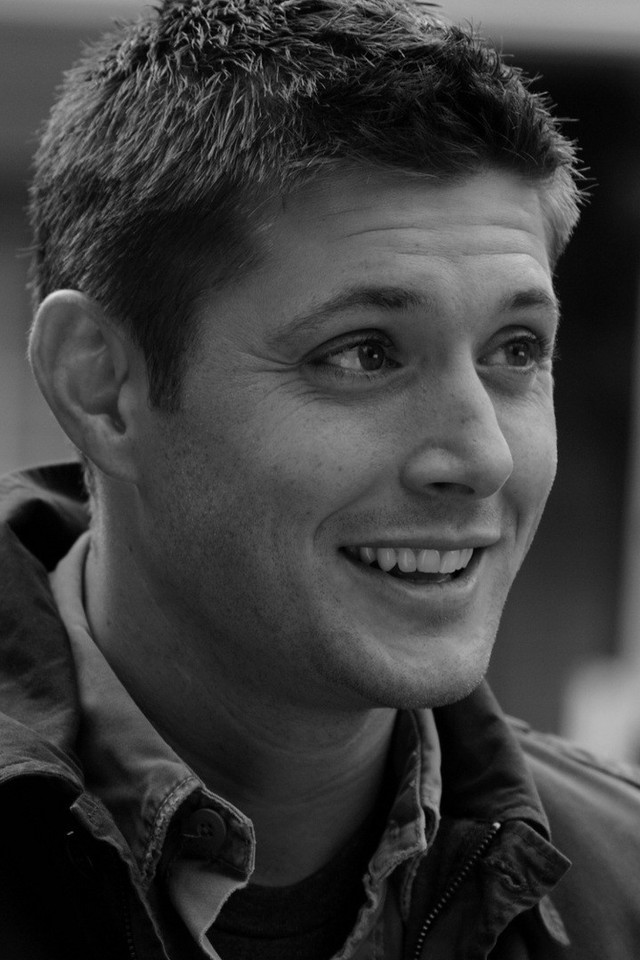 supernatural-grayscale-jensen-ackles-dean-winchester-tv-series-640x960-wallpaper