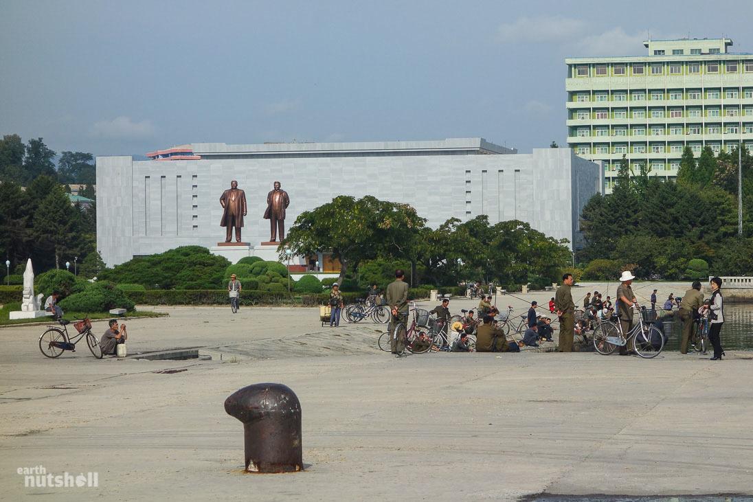 23-wonsan-harbour-statues