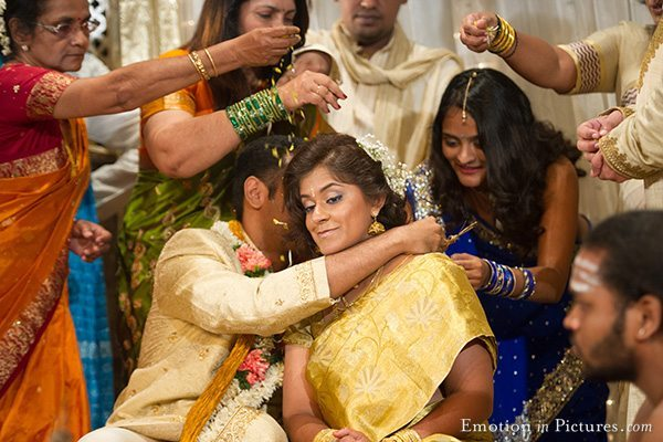 malayalee-hindu-wedding-malaysia-thali-bride-groom-tying
