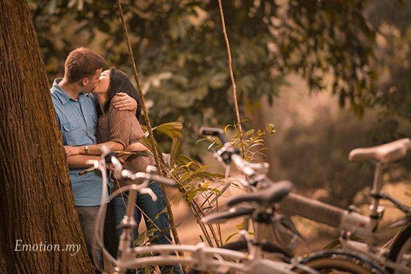 prewedding-portraits-kuala-lumpur-malaysia-forest-bicycle