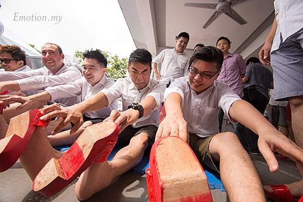 malaysia-chinese-wedding-games-pick-up-the-bride