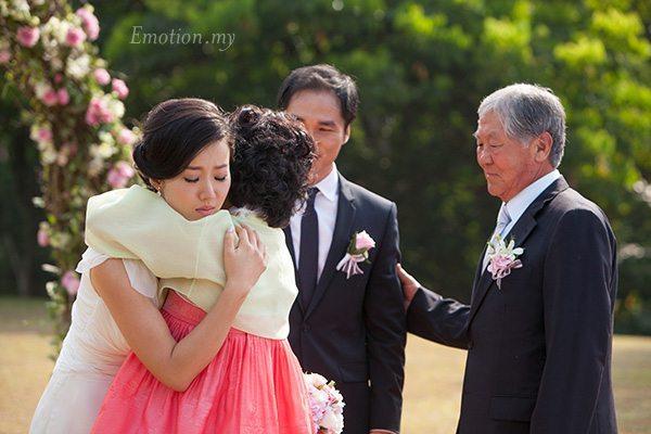 korean-couple-hug-garden-wedding-carcosa-seri-negara-kuala-lumpur-malaysia
