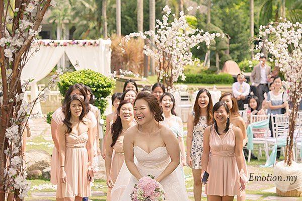 bouquet-toss-garden-ceremony-cyberview-lodge-kelvin-yee-leng
