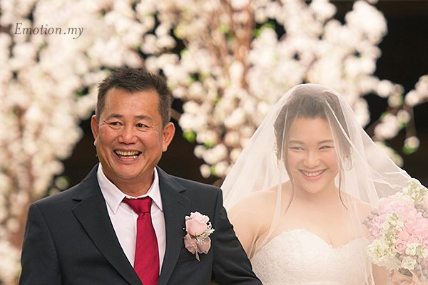 bride-dad-processional-garden-ceremony-cyberview-lodge-kelvin-yee-leng