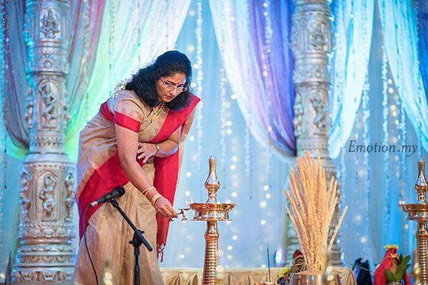malayali-wedding-bride-mother-lighting-vilakku-sanjeev-reshmi