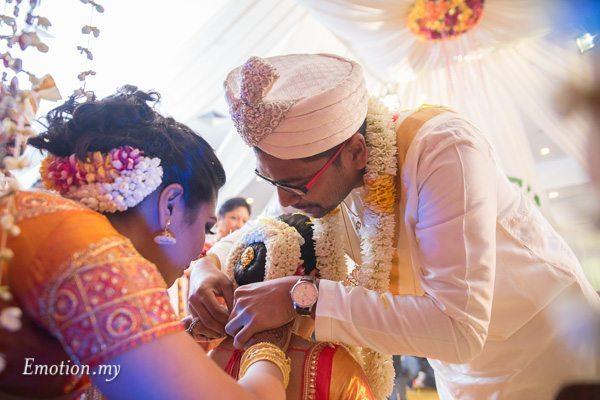 groom-tying-thali-ceylonese-wedding-kuala-lumpur-malaysia