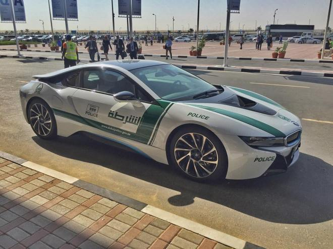 Plug-in hybrid BMW i8 dubajské policie (foto Paul Thomson)