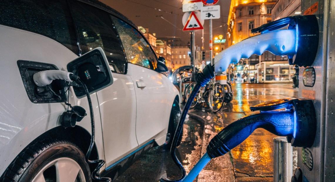 Dobíjení elektromobilu (foto Ivan Radic)