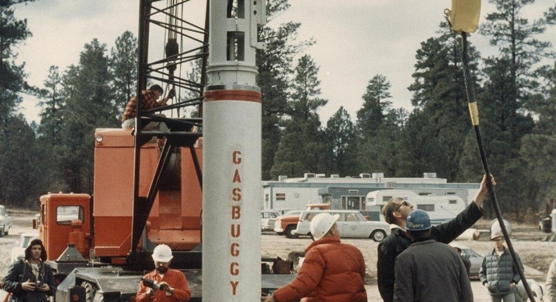 Spouštění 30kilotunové jaderné nálože do vrtu v břidličné formaci Woodward v Novém Mexiku.