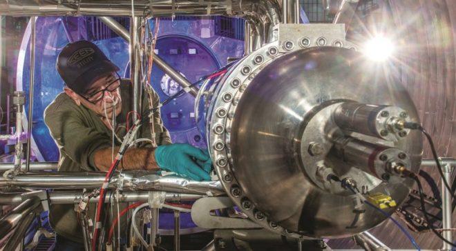 Práce na přípravě prototypu reaktoru Kilowpower o výkonu 10 kW (kredit NASA)