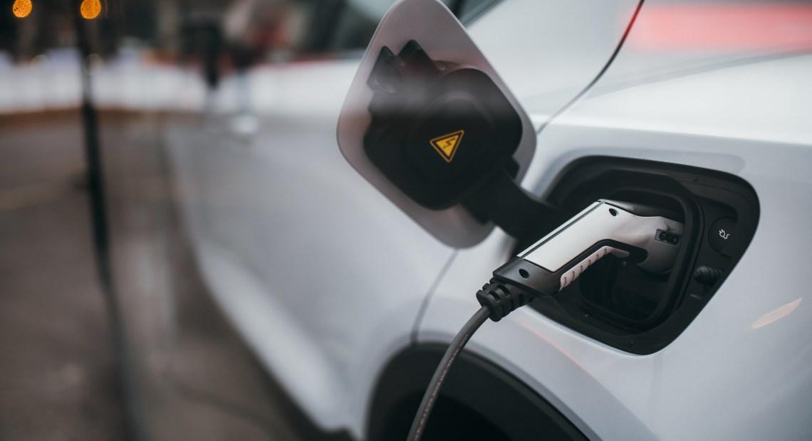 Nabíjení elektromobilu (foto Ivan Radic)