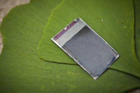 """První laboratorní prototyp """"umělého listu"""" připravený na MIT na přelomu první a druhé deskády 21. století (foto A.Nocera/MIT)"""