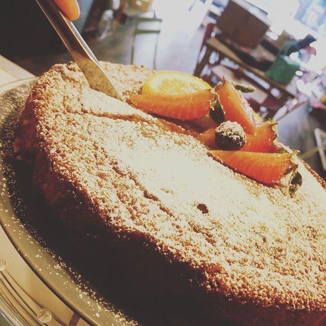 Buongiornoo amicii!! Questa mattina splende il sol! Che ne dite di una super colazione nella nostra veranda fiorita️️️! Per questa mattina appena sfornata una deliziosa torta allo yogurt con fragole e lime!! Come in! #breakfast #cake #lime #fragole #happy #sun #emporiolab #delicius #morning #super #everyday #emporioconceptstore #ladispoli #officina19