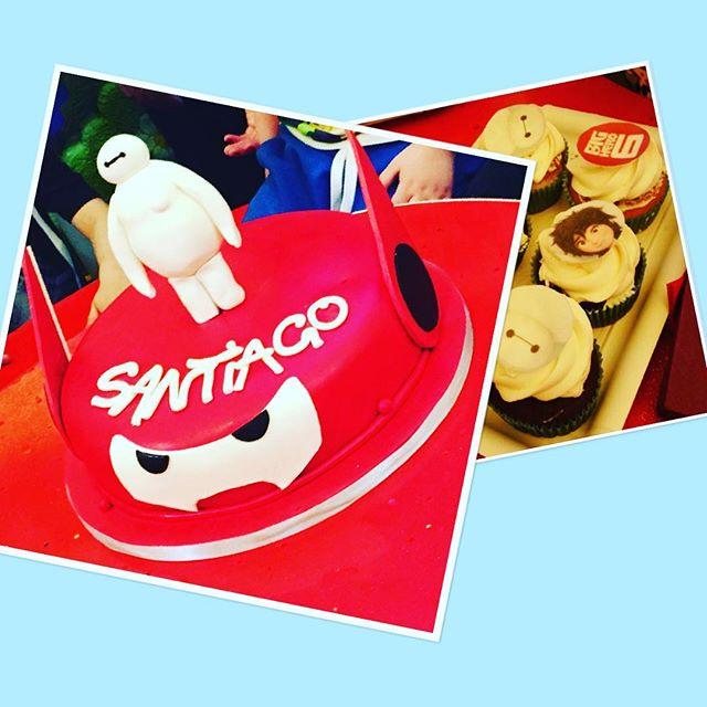 Buon pomeriggio amici!!!avete voglia di stupire e rendere unico il compleanno dei vostri piccoli?!?Noi ce la mettiamo tutta e ci divertiamo tantissimo a realizzare personaggi buffi come Big Hero 6!!!Il piccolo Santiago ha scelto il suo cartone preferito x i suoi 5 anni...torta e Cupcake tutti a tema!!!ci piace!!!😎😎😎😎😎#emporio #emporiolab #cakedesign #bighero #teneripupazzi #happybirthday #buoncompleanno #partyatema #piccolibimbicrescono#sugarart #sugarcakes #cupcakes #ganache #partytime