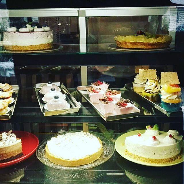 Buona domenica!!Oggi siamo super cariche per voi️Per finire in dolcezza il vostro pranzo la nostra vetrina esplode di cose buonissimeMonoporzioni o torte da portar via..A voi la sceltaTiramisù, bavaresi, cheescake, crostate di frutta e tanto altroVi aspettiamo#emporiobrand #cake #sweet #lab #pasticceria #handmadewithlove #pranzodelladomenica