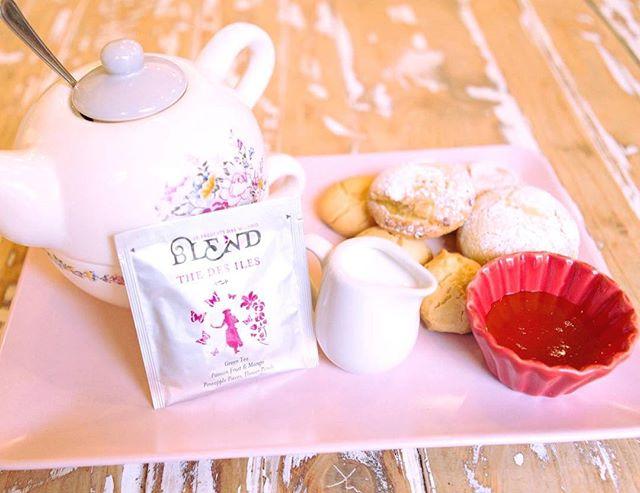Buon pomeriggio amici...Una domenica pomeriggio di coccole e gusto..Che ne dite di un ottimo te Blend the Des Iles servito in una delle nostre teiere dallo stile così inglese ( potete anche acquistarle!)e accompagnato da latte , miele e i nostri buonissimi biscottini handmade !Vi aspettiamo ️#emporiobrand #drinkdresslive #conceptstore #biscuits #handmadewithlove  #englishTea #milk #honey #lab #pasrticceria #coccoletime #vintagestyle