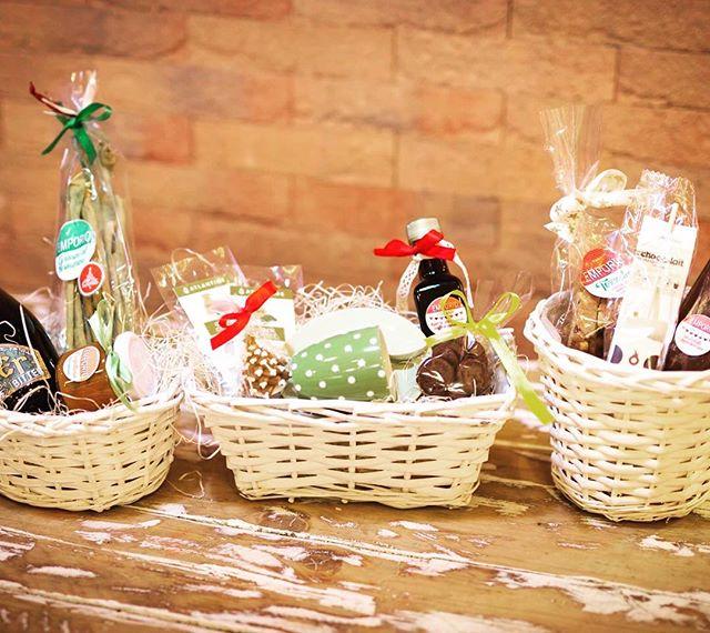 Buongiorno amici...Da oggi ORARIO CONTINUATO per i Vostri regali di Natale..Vi piacciono i nostri cestini...?puoi riempirli tu con tutto quello che più ti piace...realizzando così un regalo su misura...Birre artigianali, grissimi e composte handmade, cioccolate da sciogliere nel latte, tazzine, liquori...Vi aspettiamo in Store!#emporiobrand #drinkdresslive #conceptstore #lab #pasticceria #store #ladispoli #cestinatalizi #regali #handmade #regalisumisura