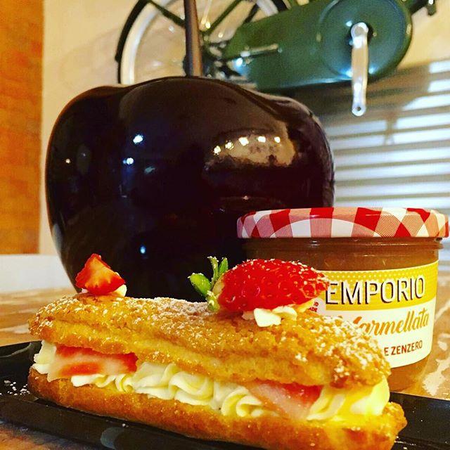 Buon pomeriggio amici️Sono tornate a grande richiesta le nostre fantastiche EclerOggi ve le proponiamo con crema chantilly e fragoleSono deliziose#emporiobrand #drinkdresslive #lab #pasticceria #handmadewithlove #ecler #strawberry #ladispoli