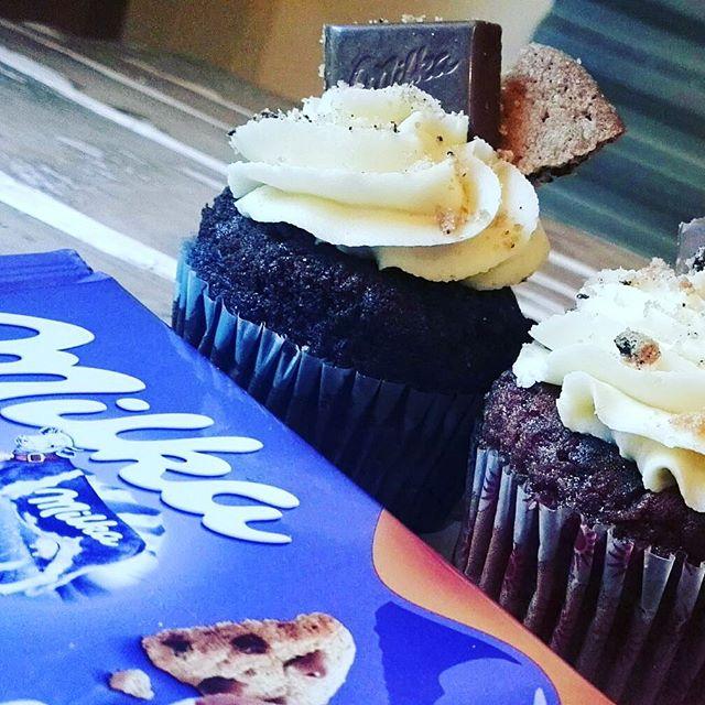 Buon pomeriggio amici️Come ogni settimana vi proponiamo un Super Fantastico cupcake realizzato con qualche golosa cioccolatino che ci ispiraQuesta volta abbiamo scelto il Milka CookiesLasciamo immaginare a voi che delizia è venuta fuoriVi aspettiamo in store#emporiostore #deinkdresslive #conceptstore #cake #sweet #handmadewithlove #cookies #milka #cupcake #happysunday