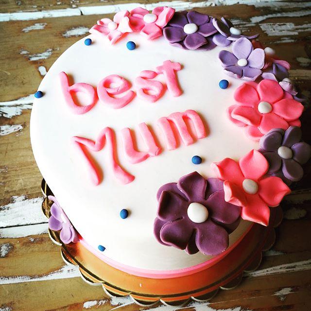 BuongiornoDomenica è la festa della mamma e come potevamo noi non pensarle?️Per delle persone uniche, speciali, dolcissime e sempre grintose abbiamo realizzati questi meravigliosi dolcettiTorta, cupcake o biscottini allo stecco che formano un carinissimo mazzo di fiori?Vi aspettiamo in store oppure tramite wats ap e Facebook per le vostre prenotazioni#emporiobrand #drinkdresslive #sweet #cake #festadellamamma #cakedesign #pasticceria #ladispoli #mum #love #bakery #handmadewithlove️