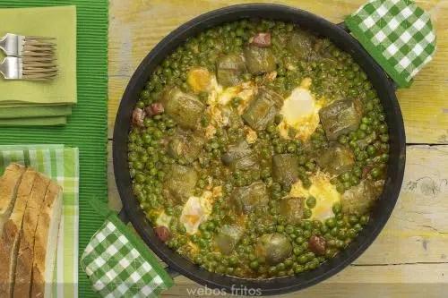 Alcachofas con huevos y guisantes