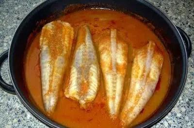 Colas de rape con salsa de tomate