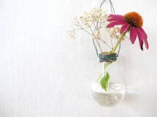 Floreros colgantes con bombillas