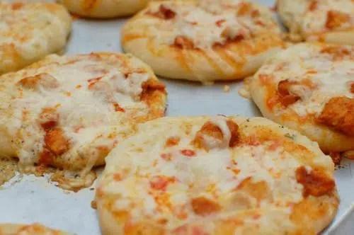 Mini-Pizzas Caseras: El aperitivo más sabroso.
