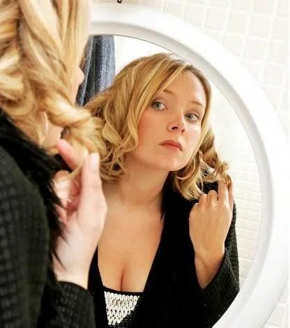 Trucos de peinado y maquillaje para lucir más esbelta