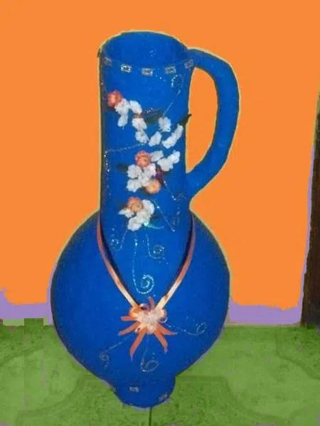 Un bonito jarrón con material reciclado