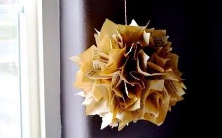 Una decorativa esfera hecha con papel antiguo.