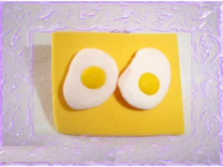 Unos huevos fritos como pendientes