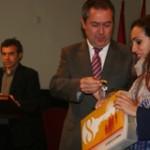 Juan Espadas hace entrega de las llaves de la vivienda a una de las inquilinas.