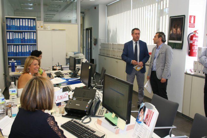 Juan Espadas, alcalde de Sevilla, y Felipe Castro, Gerente de EMVISESA, en una visita a la Oficina Municipal por el Derecho a la Vivienda y el Registro Municipal de Demandantes de Vivienda Protegida.