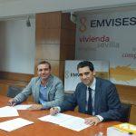 Felipe Castro, Director Gerente de EMVISESA, y José Castro, Director Gerente de la Fundación PERSÁN, firman el convenio de colaboración entre ambas entidades.