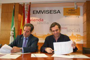 Felipe Castro, a la derecha, y Gaspar González-Palenzuela, en el momento de la firma del convenio.