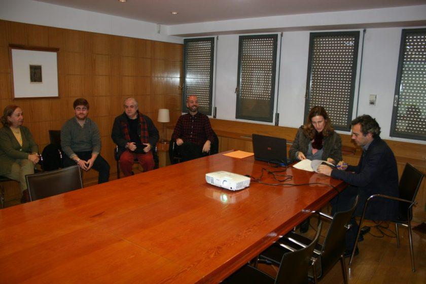 La notaria, Margarita Cano, y el Gerente de EMVISESA, Felipe Castro, firmando el acta.