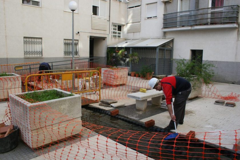 Operarios relaizando pruebas de estanqueidad en el patio.