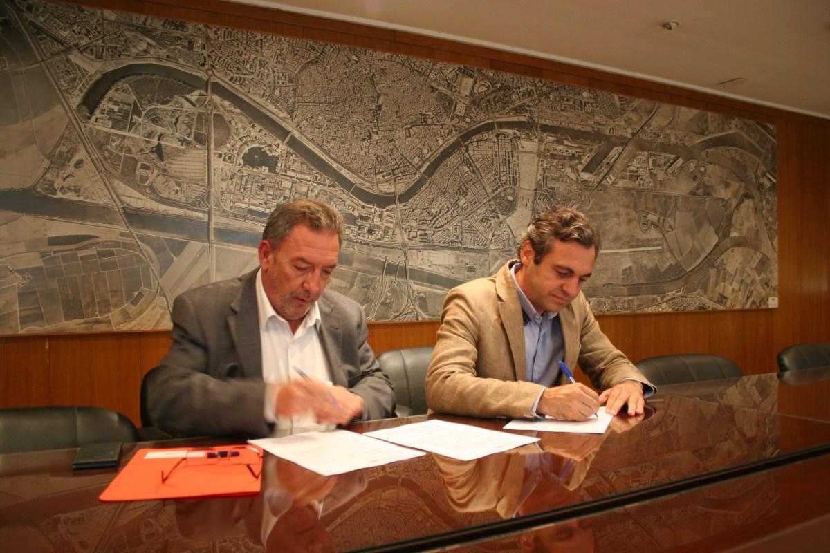 Felipe Castro e Ignacio Pozuelo firman el convenio entre Emvisesa y la Gerencia de Urbanismo.