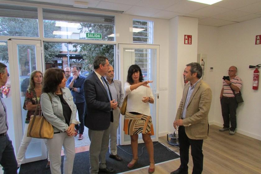 Juan Espadas, Juan Manuel Flores y Felipe Castro recorrieron el local de la ONG Acción contra el Hambre junto a su responsable.