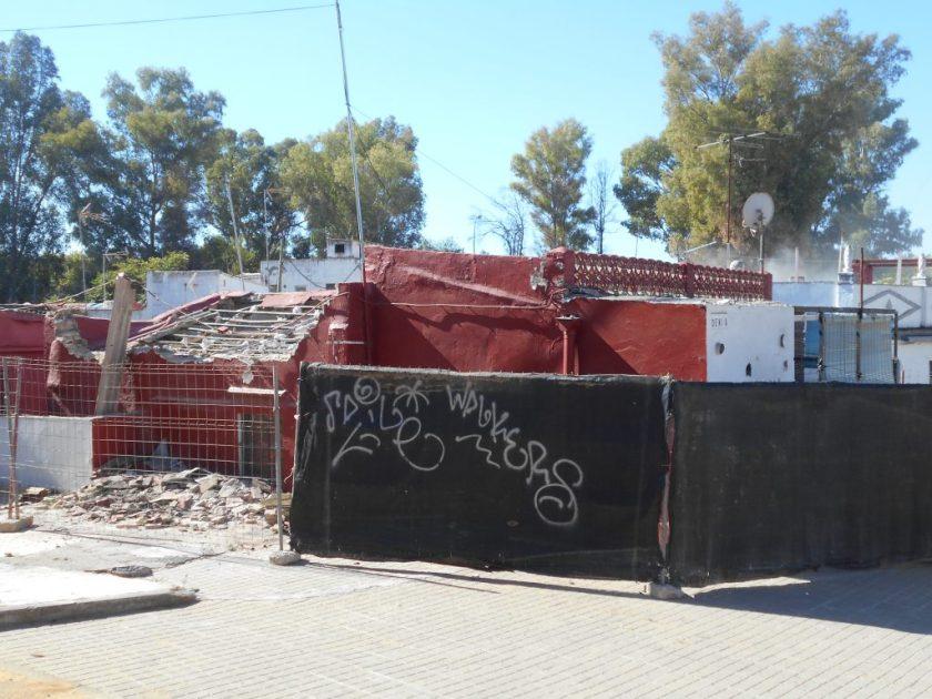 Vivienda de la calle Denia momentos antes de proceder a su demolición.