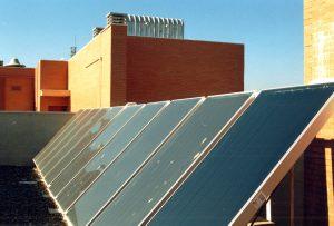 Placas solares para la producción de agua caliente sanitaria en la promoción Cros Pirotecnia, construida en 2004.