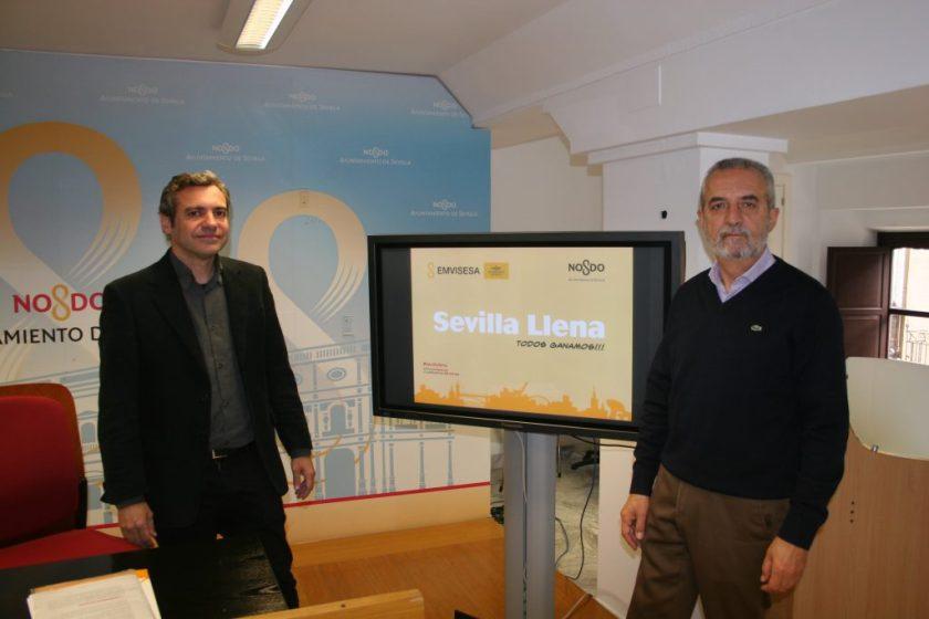"""Juan Manuel Flores y Felipe Castro en la presentación de la campaña """"Sevilla llena: todos ganamos""""."""