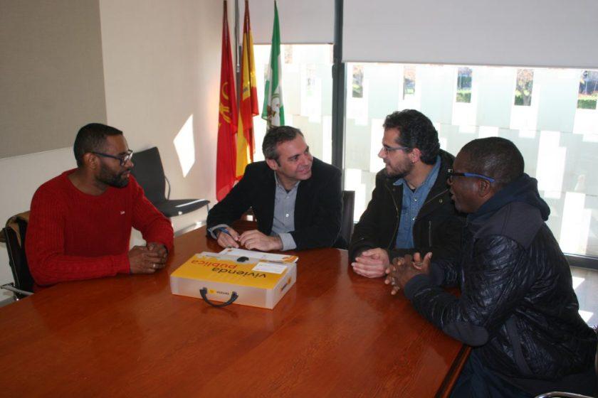 Felipe Castro, gerente de Emvisesa, entregó las llaves a Juan Manuel Núñez Velázquez, coordinador de centro de Cepaim en Sevilla, y a dos de los beneficiarios del programa.