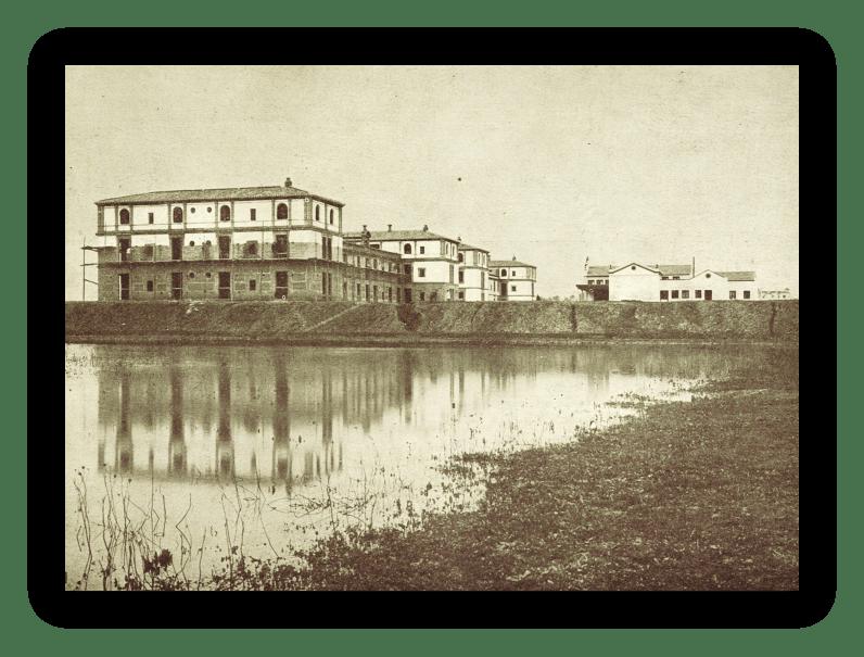 Conjunto de edificaciones concluidas en el año 1915, en la actual calle Porvenir entre las calles Jesús de la Victoria y Diego de la Barrera. Se aprecia la elevación de los terrenos para evitar las frecuentes inundaciones.