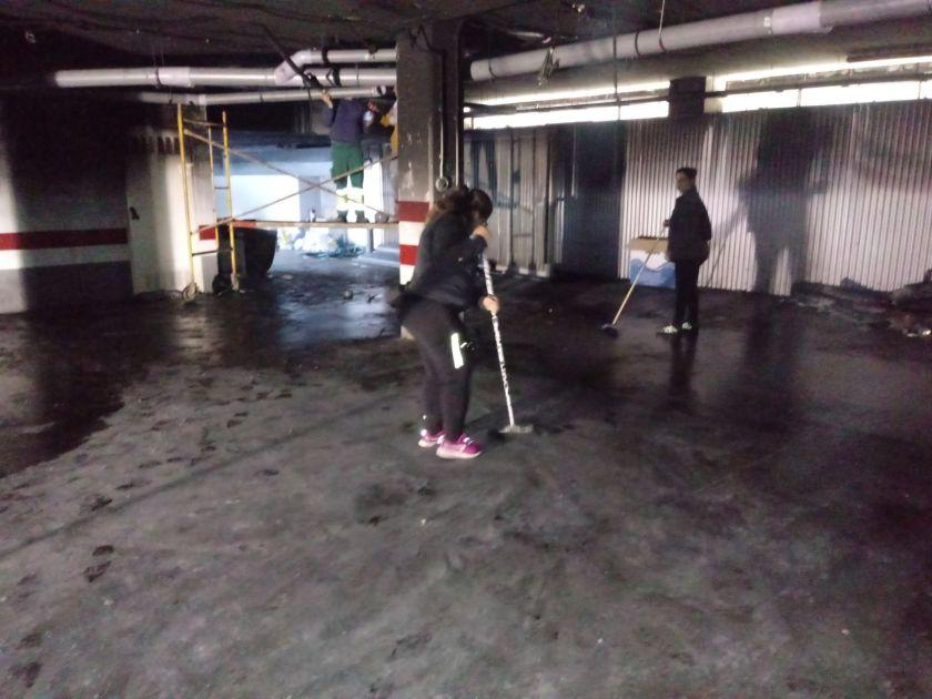 Las labores de limpieza avanzan tanto en el garaje como en la fachada del edificio.