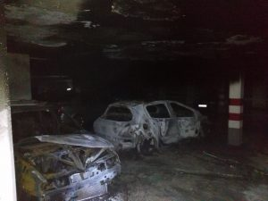 Dos coches resultaron calcinados en la primera planta de sótano por causas que se investigan.