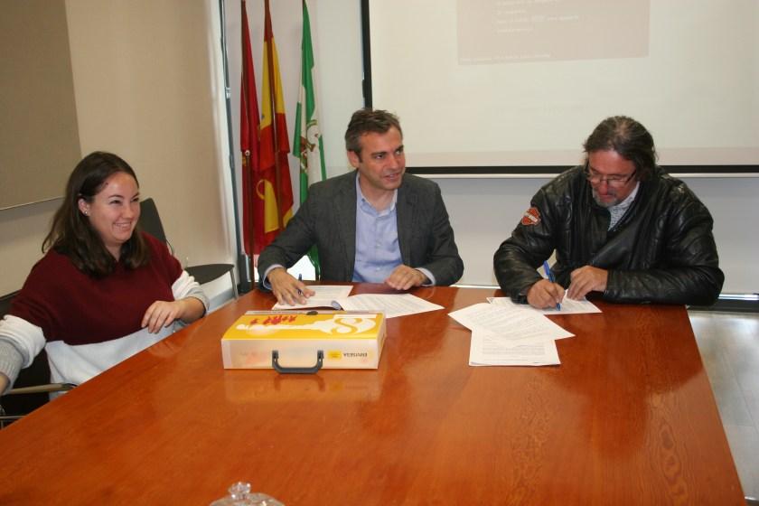 Felipe Castro y Rafael Jorreto durante el acto de cesión de una vivienda en alquiler a la Asociación Sevillana Síndrome de Asperger.